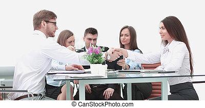 handslag, av, affärsverksamhet partner, på, a, skrivbord, in, kontoren