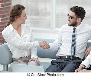 handslag, av, chef, och, klient, in, kontoren, påtryckningsgrupp
