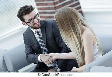 handslag, av, chef, och, klient, sittande, in, kontoren, lobby.