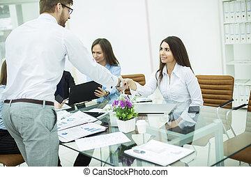 handslag, chef, och, den, klient, hos, a, affärsmöte, in, kontoren