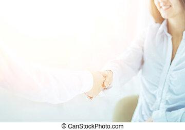handslag, chef, och, klient, på, a, bakgrund, av, lysande, kontor