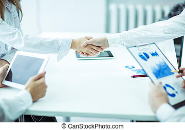 handslag, chef, och, klient, på, a, bakgrund, av, lysande, kontor, .the, foto, har, a, tomt utrymme, för, din, text