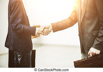 handslag, mellan, klient, och, chef, på, den, bakgrund, av, kontoren