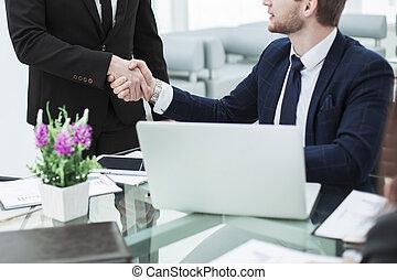 handslag, mellan, kolleger, in, den, workplace, in, a, nymodig, kontor