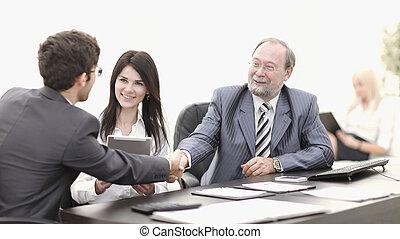 handslag, mellan, kolleger, in, den, workplace, in, kontoren