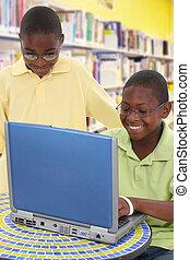 handsom, escuela, estudiantes, computador portatil, dos, biblioteca, negro