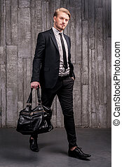 handsome., entiers, jeune, formalwear, sac, longueur, porter, noir, élégant, beau, homme