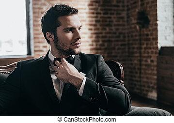 handsome., sien, grenier, séance, loin, jeune, formalwear, haut, regarder, pensif, quoique, homme, cravate, intérieur, fin, chaise, beau, ajustement, arc, mr.