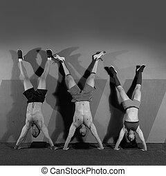 handstand, liegestütz, gruppe, workout, an, turnhalle