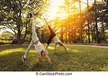 handstand, meisje, park, haar, moeder