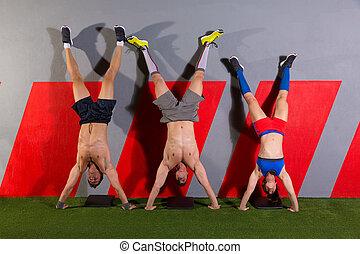 handstand, push-up, grupo, malhação, em, ginásio