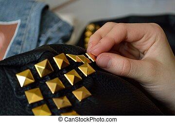 Handtasche selbst gestaltet - Lederhandtasche wird verziert