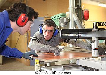 handwerker, seine, zusammen, arbeitende , lehrling