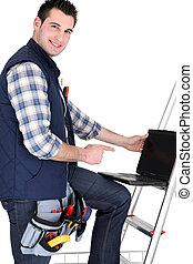 handyman, met, draagbare computer, studio vuurde
