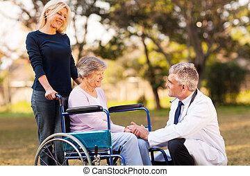 hane läkare, talande, med, handikappat, senior woman