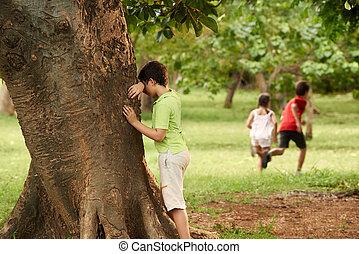 hane och kvinna, barn spela, göm och sök