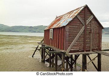 petite maison bois hangar bateaux. Black Bedroom Furniture Sets. Home Design Ideas