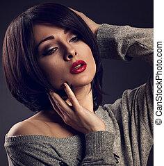 hanglejtés, nő, ajakrúzs, neki, rövid, alkat, arc, haj, háttér., megható, closeup, szexi, sötét, portrait., bubifrizura, árnyék, piros, mód