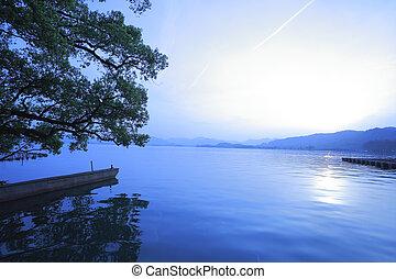Hangzhou at sunset West Lake - Sunset of West Lake in...