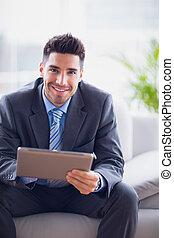 hans, användande, soffa, le, kamera, affärsman, skrivblock persondator, kontor, sittande