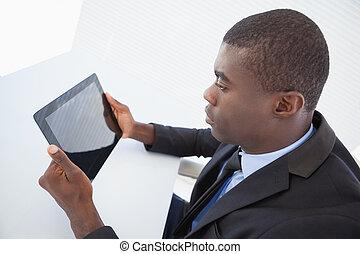 hans, kigge, focused, tablet, forretningsmand