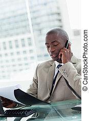 hans, kontor, entreprenör, ringa, medan, rop, läsning, stående, allvarlig, dokument, tillverkning