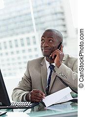 hans, kontor, entreprenör, ringa, medan, rop, läsning, stående, tillverkning, dokument, lycklig