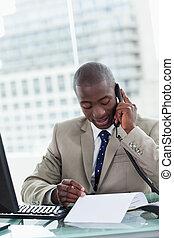 hans, kontor, entreprenör, ringa, medan, rop, läsning, stående, tillverkning, dokument