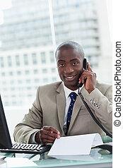 hans, kontor, entreprenör, ringa, medan, rop, läsning, stående, tillverkning, le, dokument