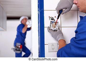 hantverkare, arbeta på, den, elektricitet, installation