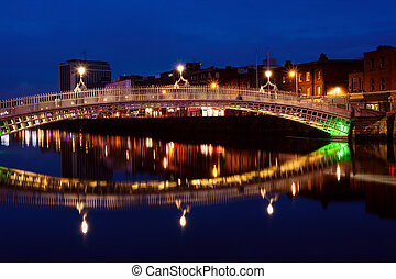 ha'penny fa ponte, in, dublin, a, night., irlanda
