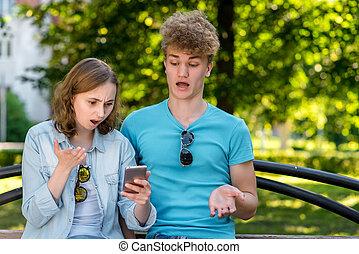 happening., été, quel, concept, nature., tient, malentendu, émotions, sien, surprise., frustration., bench., mains, girl, type, smartphone.