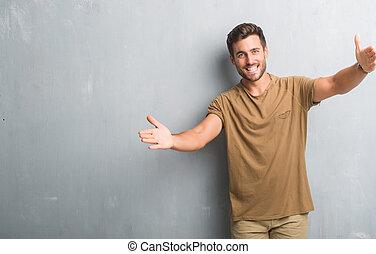 happiness., grunge , ιλαρός , τοίχοs , έκφραση , hug., γκρί , ανώριμος ατενίζω , φωτογραφηκή μηχανή , όπλα , αγκαλιά , ευθυμία ανήρ , ανοίγω , πάνω , ωραία