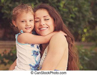happiness., mère, et, gosse, girl, caresser, dehors, été, arrière-plan., instagram, effet, portrait