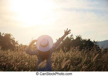 happiness., wiese, natur, outspread, morgen, haben, hände, genießen, sonnenaufgang, frauen