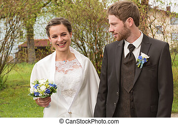 happy bride and groom at wedding - junges strahlendes...