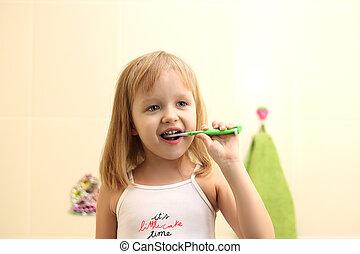 litle girl clean teeth - happy litle girl clean teeth in...