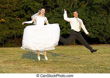 Happy wedding couple � jump
