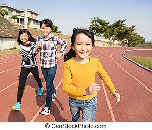 hardloop wedstrijd, kleine meisjes, rennende , vrolijke