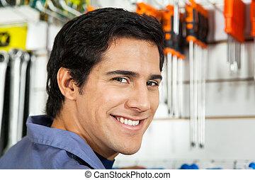 hardware, laden, lächelnden mann
