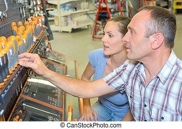hardware, vrouw, schroevendraaiers, het kijken, winkel, man