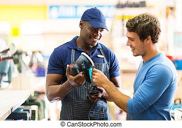 hardware winkel, arbeider, het tonen, klant, een, sander