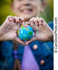 hart, globe, ineengevouwen , vorm, holdingshanden, het glimlachen meisje