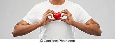 hart, vasthouden, op, grijze , achtergrond, rood, man