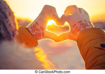 hart, vrouw, levensstijl, winter, gevormd, licht, symbool, natuur, gevoel, concept, handschoenen, achtergrond, handen, ondergaande zon
