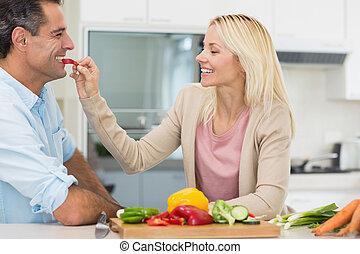 hartelijk, vege, bemannen vrouw, het voeden, vrolijke