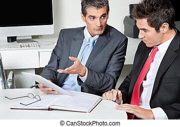 használ, íróasztal, businessmen, tabletta, digitális