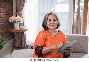 használ, nő, számítógép, érett, tabletta