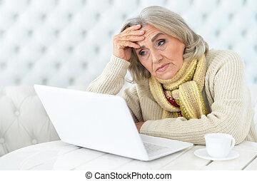 használ, senior woman, számítógép