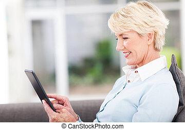 használ, senior woman, számítógép, tabletta